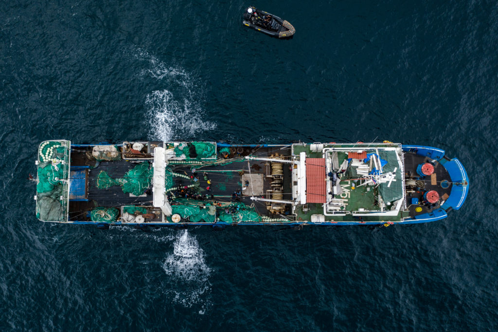Vista aérea de un pesquero chino en aguas de Gambia. | FOTO: The Outlaw Ocean Project Fábio Nascimento
