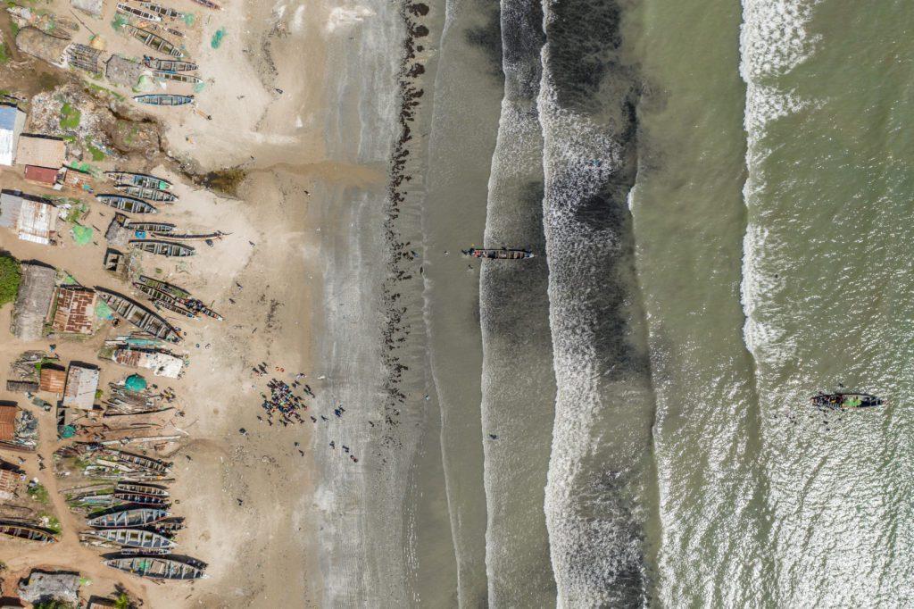 Una vista aérea de la costa de Gambia. | FOTO: The Outlaw Ocean Project Fábio Nascimento