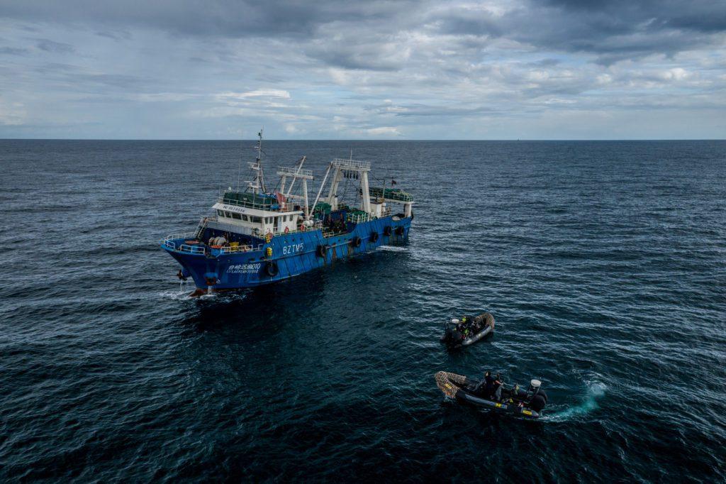 Las lanchas de la organización Sea Sheperd se acercan a un pesquero chino en aguas de Gambia. | FOTO: The Outlaw Ocean Project Fábio Nascimento