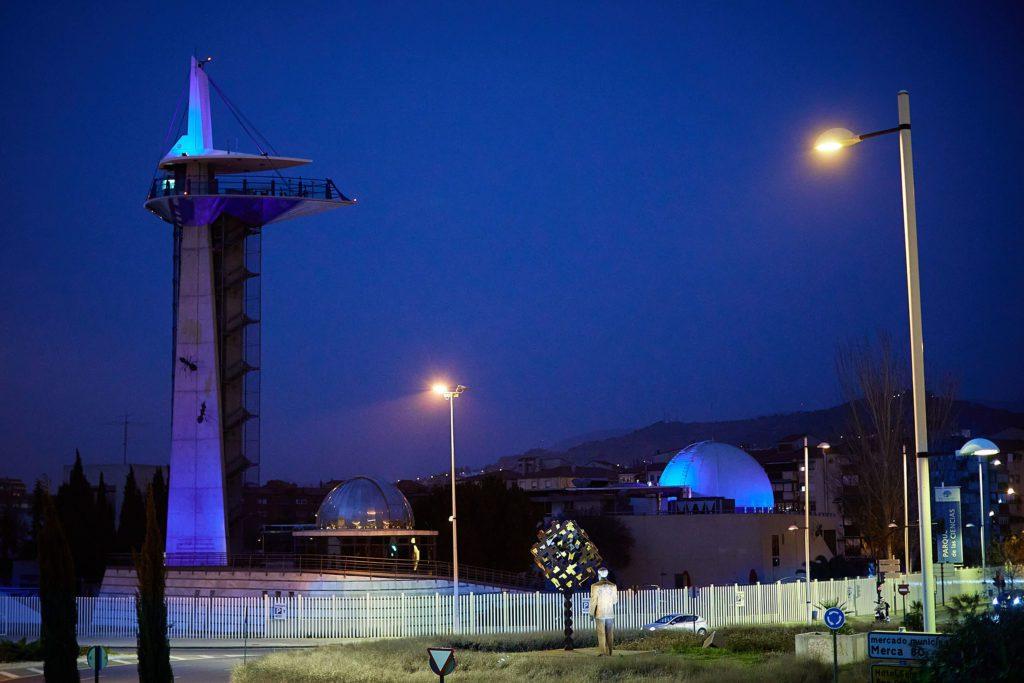 Imagen nocturna del Parque de las Ciencias de Granada, con una iluminación especial durante el mes de marzo de 2021 para sensibilizar sobre el agua.