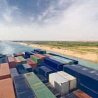 Un gigantesco buque encalla y paraliza el tráfico del Canal de Suez