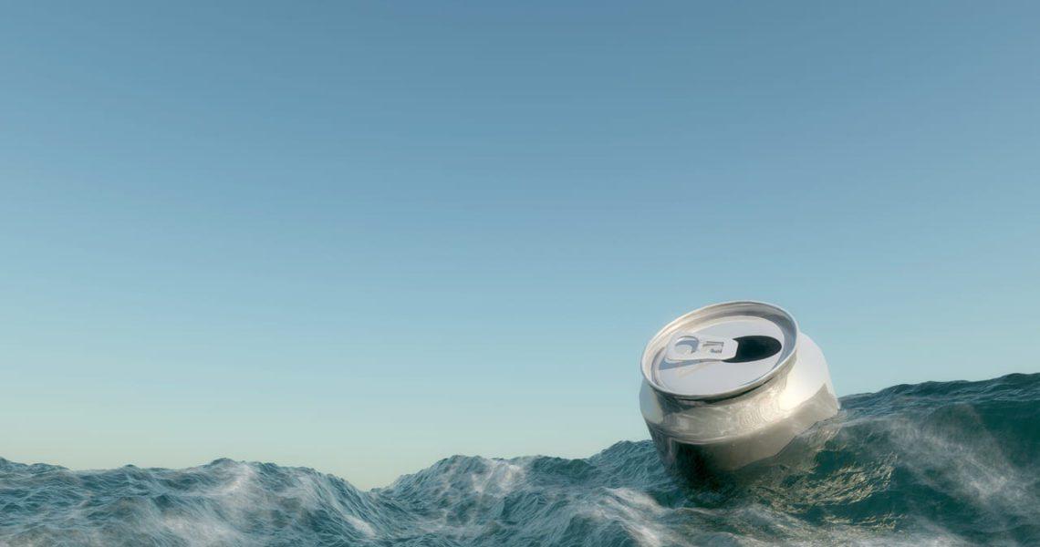 Latas y botellas que flotan para reducir el plástico en el fondo del mar