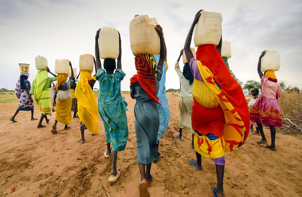 Mujeres llevando agua en contenedores cerca de Dar Es Salaam, Tanzania.   FOTO: RM
