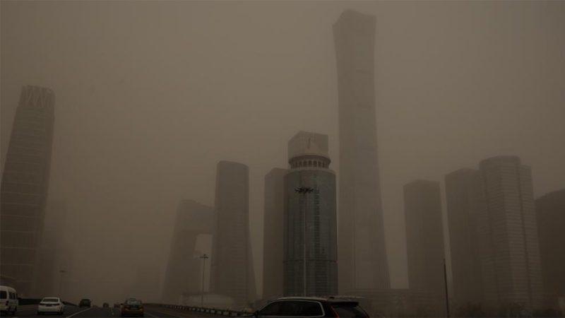 Una asfixiante niebla marrón de contaminación engulle Pekín