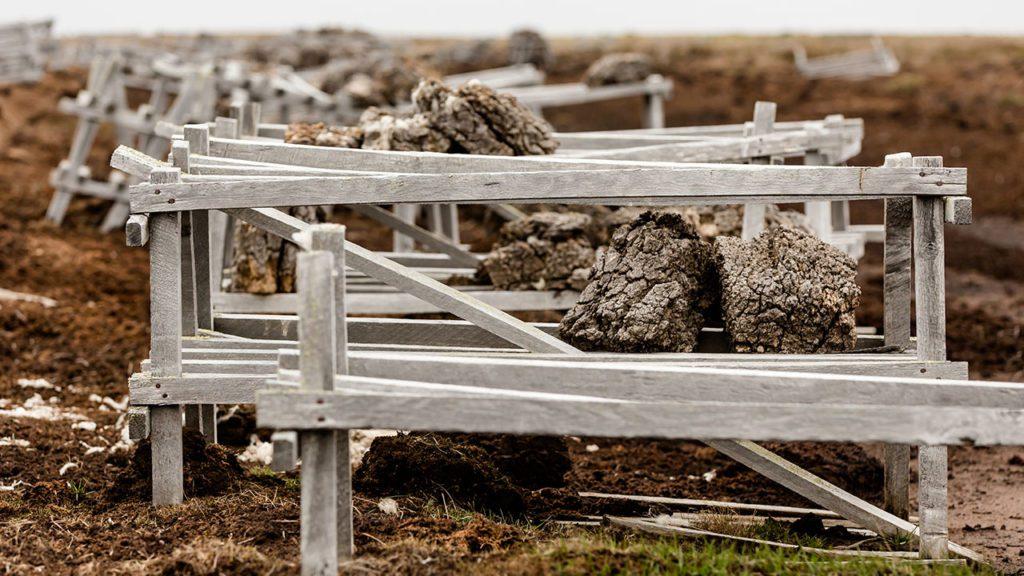 Estructuras de secado para turba, Tierra del Fuego, Chile.