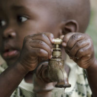 Agua limpia para combatir la desnutrición en el mundo