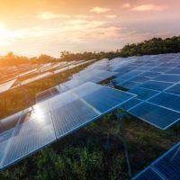 La AIE alaba el plan energético español pero pide más impuestos