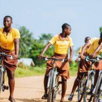 Bicicletas de bambú para no llegar tarde al colegio en Ghana