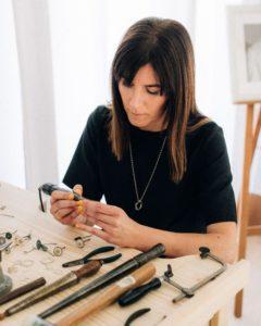Luz Rodríguez de Luz de Nehca diseñando una de sus joyas