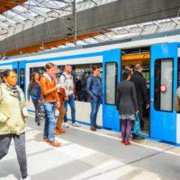 Ámsterdam prohíbe publicitar coches contaminantes o vuelos en el metro