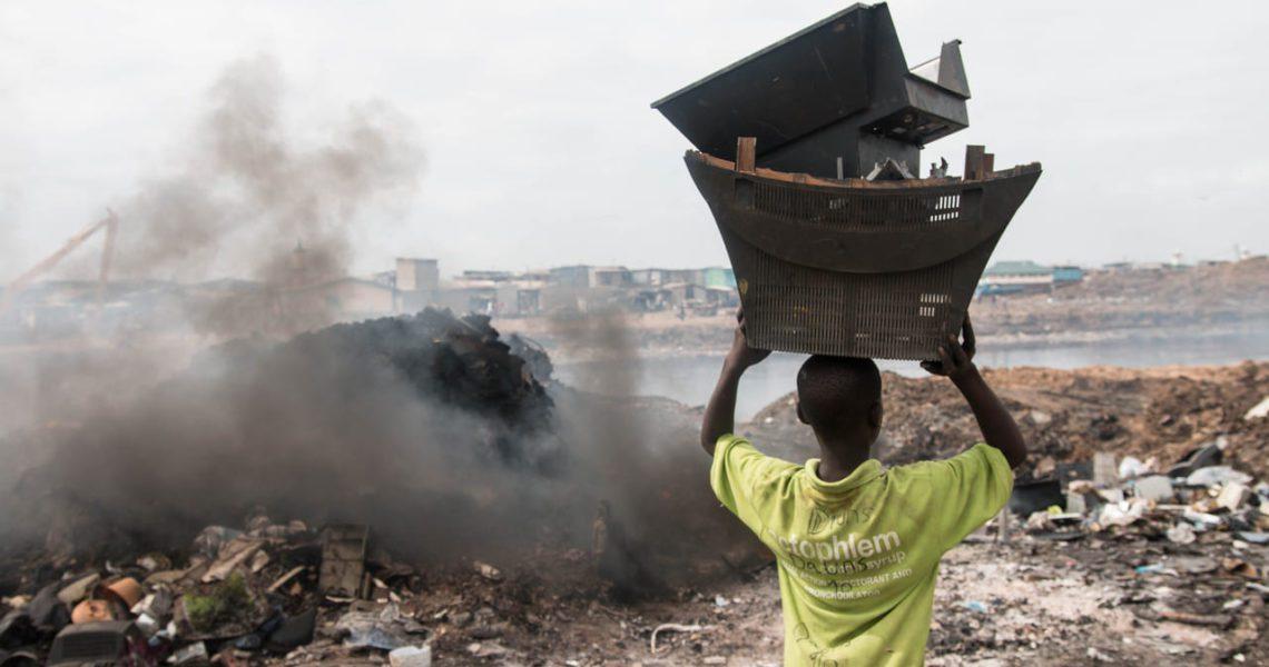 Al menos 18 millones de niños trabajan en los 'basureros digitales'
