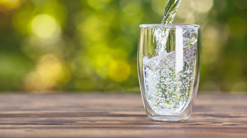 ¿Por qué es mejor beber agua que bebidas azucaradas?
