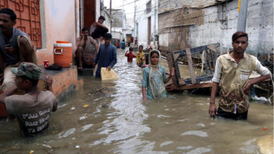 Karachi se ahoga entre el agua contaminada y las inundaciones
