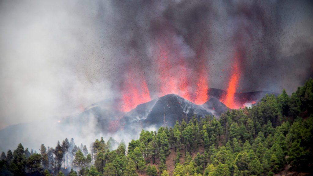 La erupción volcánica comenzó ayer en los alrededores de Las Manchas, en El Paso (La Palma), después de que el complejo de la Cumbre Vieja acumulara miles de terremotos en la última semana | Foto: EFE / Miguel Calero