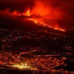 El volcán de La Palma ha emitido a la atmósfera entre 6.000 y 9.000 toneladas de dióxido de azufre (SO2), según el Instituto Volcanológico de Canarias (Involcan) | Foto: EFE / Miguel Calero