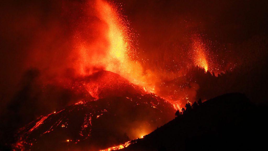 Una boca eruptiva expulsa lava y piroclastos en la zona de Cabeza de Vaca de La Palma | Foto: Europa Press