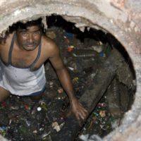 Los héroes anónimos del saneamiento indio luchan por su dignidad