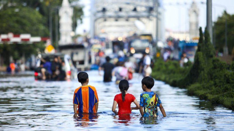 Los monzones asiáticos asedian con agua la capital de Tailandia